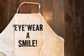DRESSSEN ドレスセン YUICHI TOYAMA. ユウイチトヤマ コラボレート コラボレーション エプロン 岡山眼鏡店 okayamagankyoten 'EYE'WEAR A SMILE!